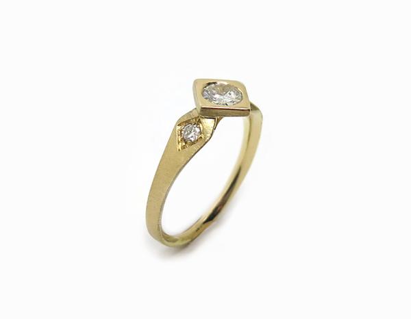 Bague moderne et géométrique en or jaune mat, sertie de diamants