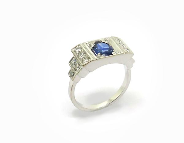 Bague en escalier de style Art Déco Or blanc, Saphir et diamants