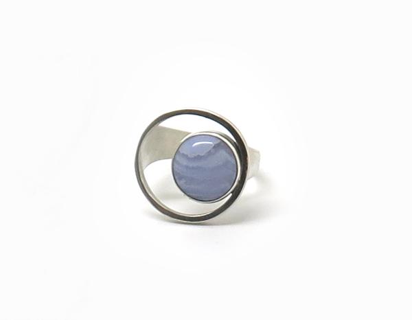 bague cercle ornée d'une pierre
