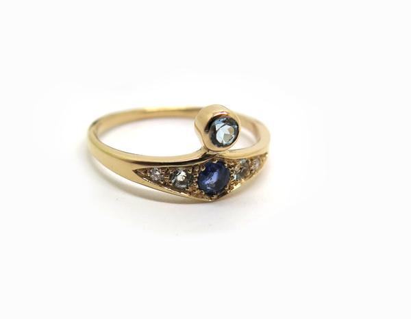 Alliance en or rose et pierres bleues de style ancien