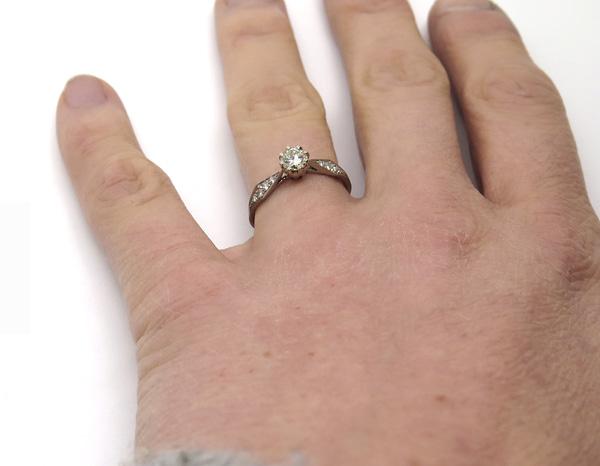 Bague de fiançailles portée