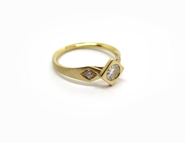 Solitaire en or jaune brossé orné de trois diamants