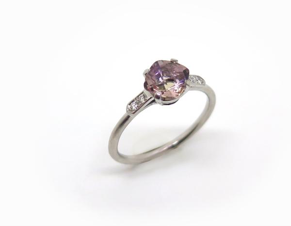 Solitaire fin orné d'un quartz carré et entouré de diamants