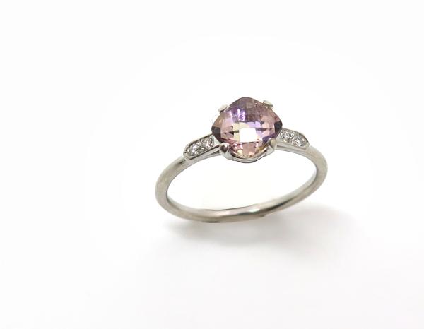 Bague fine ornée d'une pierre carrée et de diamants