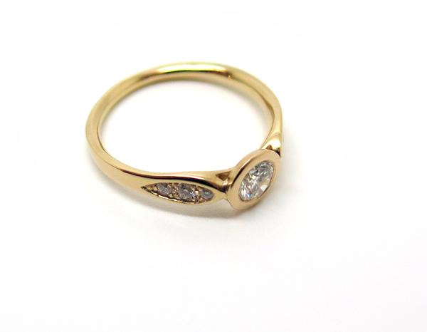 Solitaire en or rose moderne et pavé de diamants