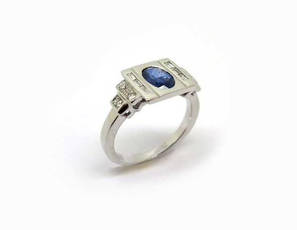 Bague d'inspiration Art Déco Or blanc, Saphir et diamants baguettes