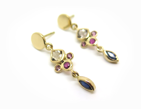 Boucles d'oreilles pendantes or jaune et pierres