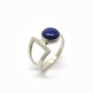 Sertie d'un cabochon de lapis-lazuli